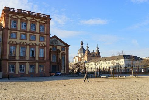 Ehrenhof mit Jesuitenkirche