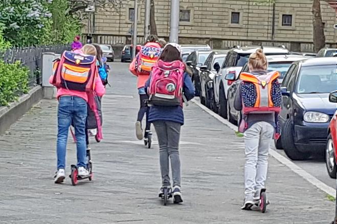 Die Kids Habens Drauf Und Fahren Mit Dem Roller In Die Grundschule. So  Macht Der Schulweg Spaß. Mit Eigenem Muskelantrieb, Gemeinschaftlich,  Selbstbestimmt.